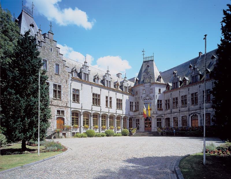 n chateau aristocratique a un chateau administratif